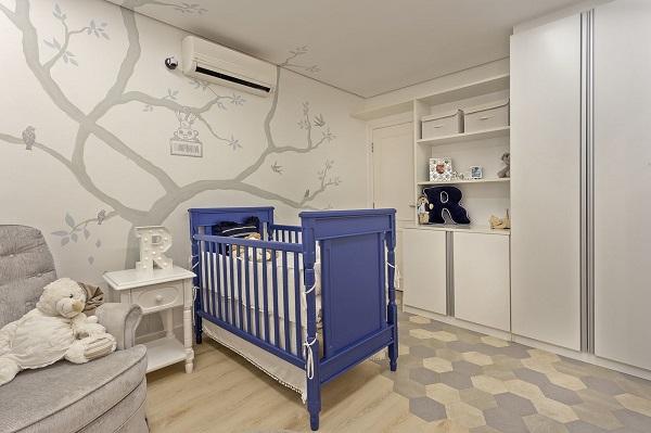 Quarto de bebê cinza e azul com berço azul
