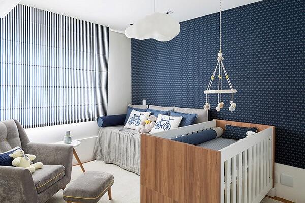 Quarto de bebê cinza e azul com detalhes como poltrona em cinza