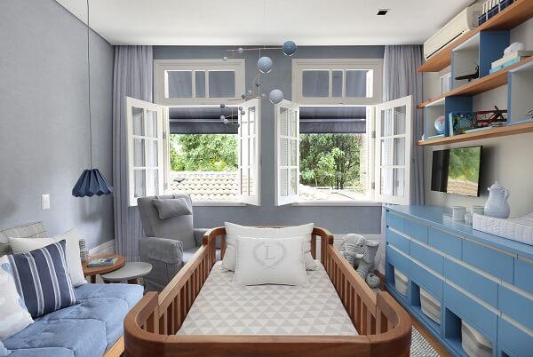 Quarto de bebê cinza e azul com duas janelas