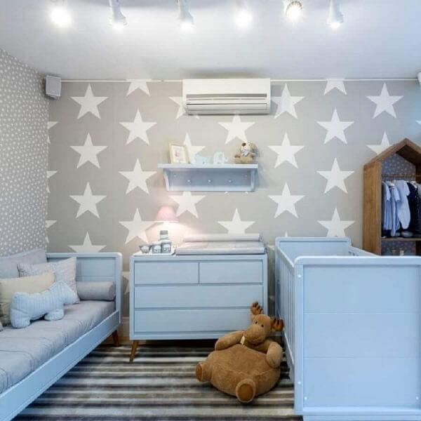 Quarto de bebê cinza e azul com papel de parede de estrela e móveis azul claro