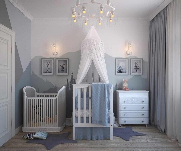 Quarto de bebê cinza e azul com tapetes em formato de estrela