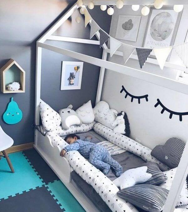 Quarto de bebê cinza e azul estilo montessoriano