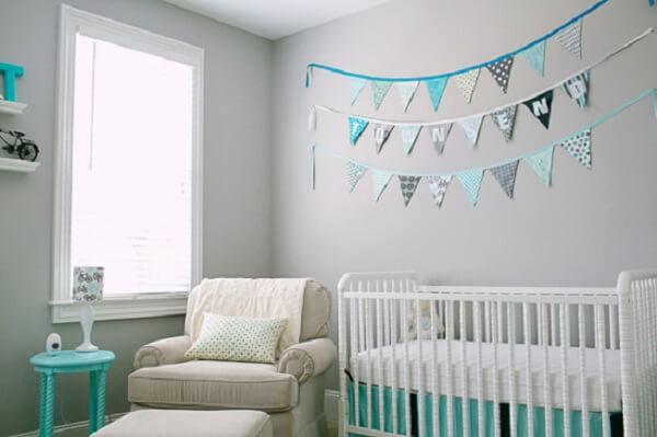 Quarto de bebê cinza e azul tiffany com bandeirinhas e berço branco