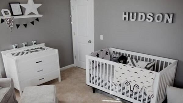 Quarto de bebê cinza e branco com cômoda e berço branco