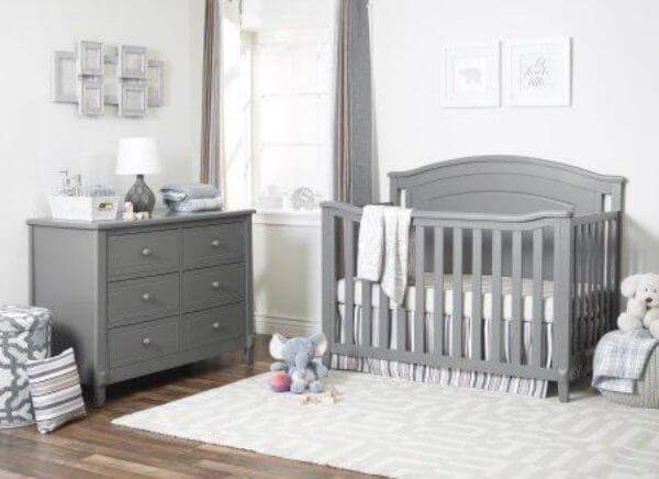 Quarto de bebê cinza e branco com móveis cinza escuro