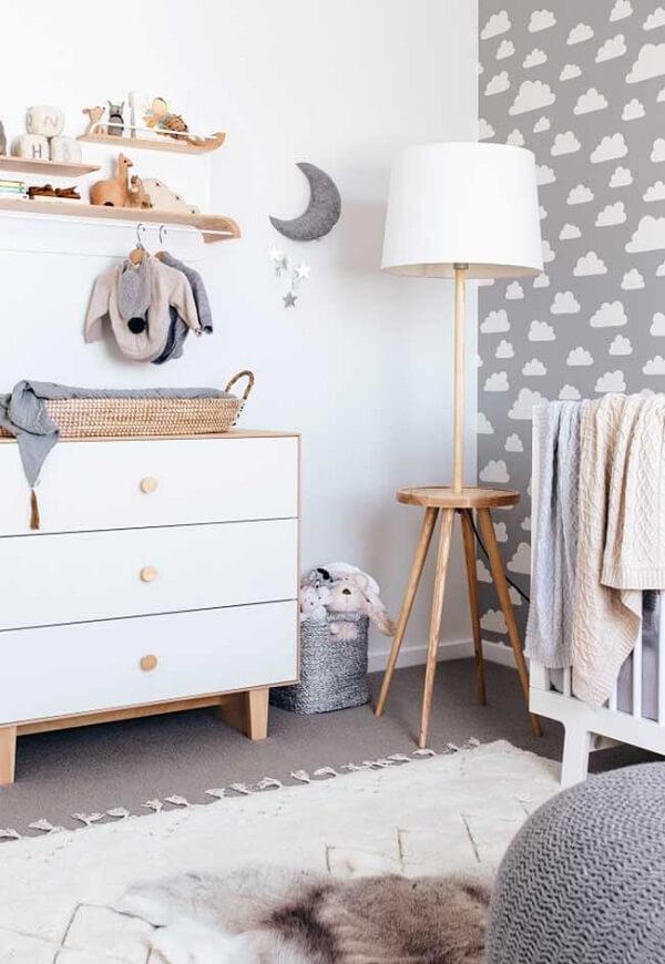 Quarto de bebê cinza e branco com papel de parede de nuvens