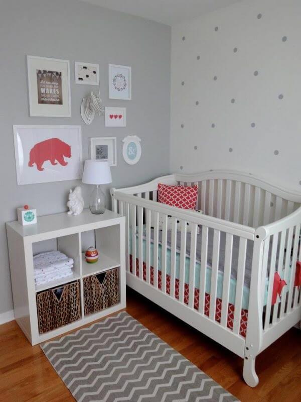 Quarto de bebê cinza e branco com tapete estampado e móveis brancos