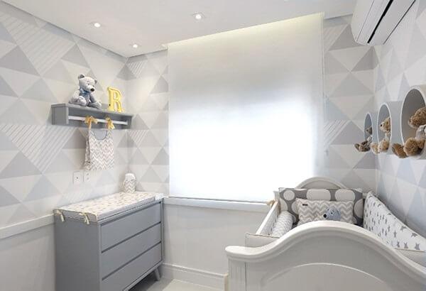 Quarto de bebê cinza e branco com ursos de pelúcia decorativo