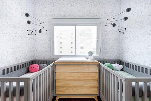 Quarto de bebê cinza e branco para gêmeos com almofadas de nuvens