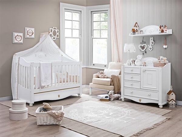 Quarto de bebê cinza e branco com berço e cômoda