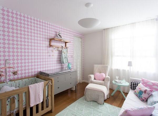 Quarto de bebê cinza e rosa com paredes rosas