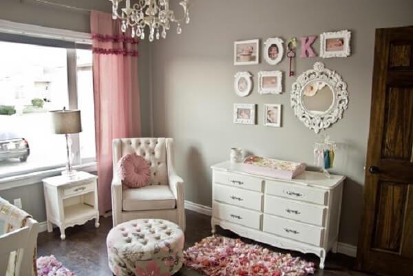 Quarto de bebê cinza e rosa com quadros retrô