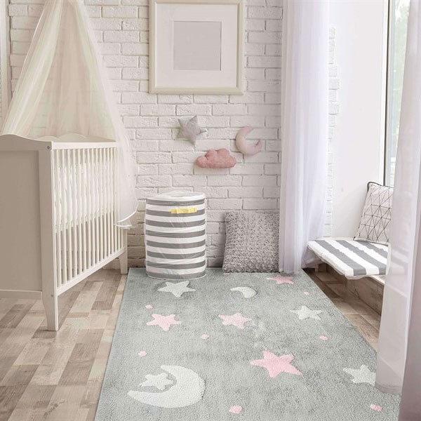 Quarto de bebê cinza e rosa com tapete felpudo cinza