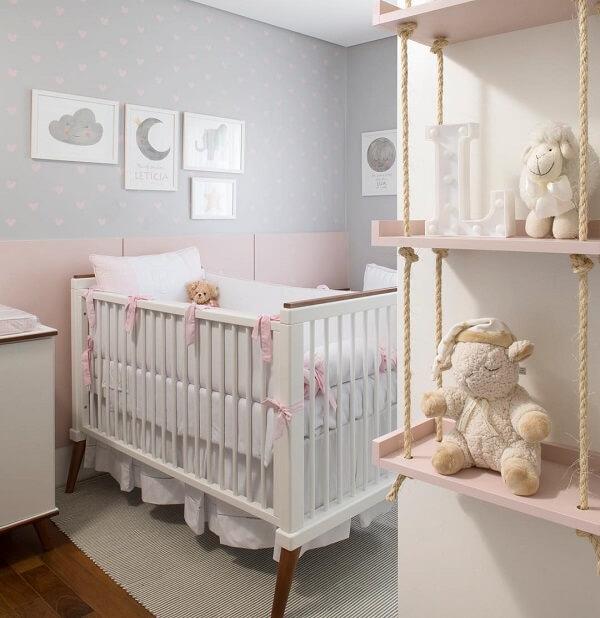 Quarto de bebê cinza e rosa parede com bolinhas e ursos para decoração