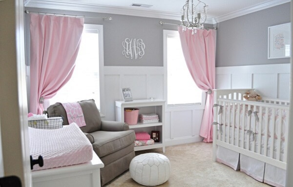 Quarto de bebê cinza e rosa com cortinas rosas