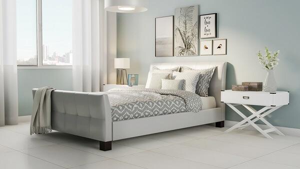 Quarto de casal com piso cerâmico claro