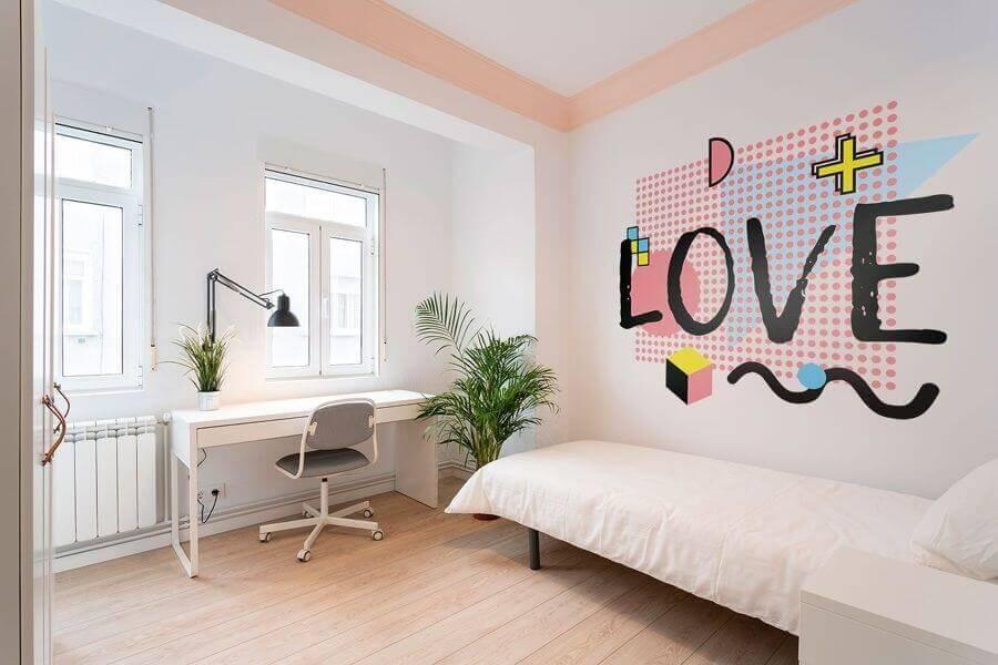 Quarto de solteiro decorado com adesivo de parede