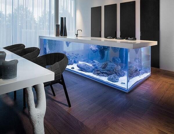 Que tal montar um aquário dentro da cozinha?