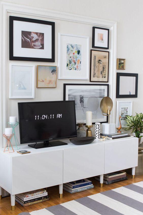Rack retro branca para sala decorada com quadros
