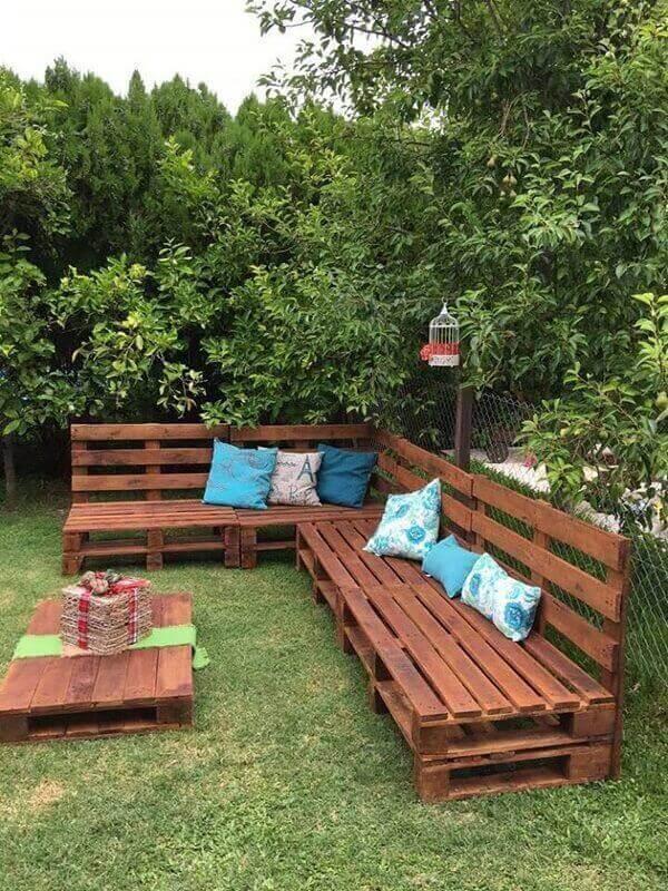 Reserve um cantinho especial do seu jardim para acomodar móveis de pallet