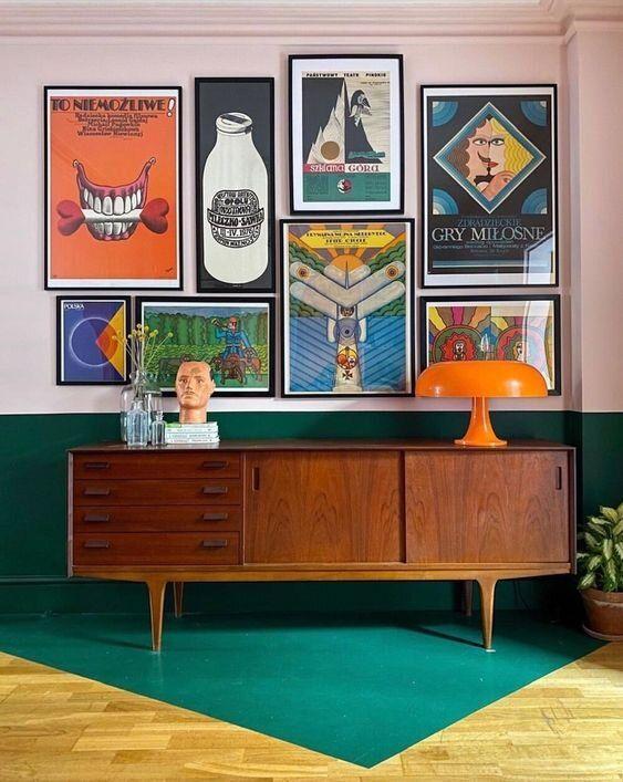 Sala colorida com rack retro de madeira