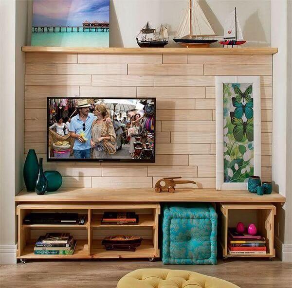 Sala de tv com caixotes de madeira
