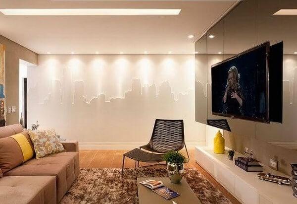 Sala de tv com painel espalhado