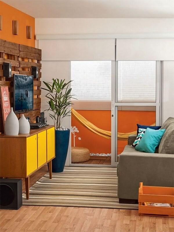Sala de tv moderna com estilo jovem