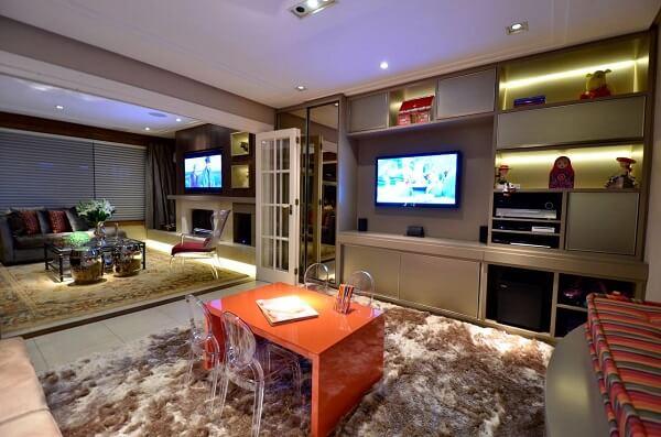 Sala de tv moderna com painel embutido