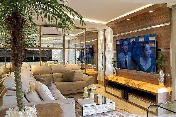 Sala de tv moderna com painel feito sob medida