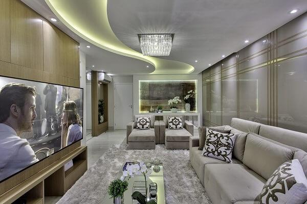 Sala de tv moderna com tons neutros
