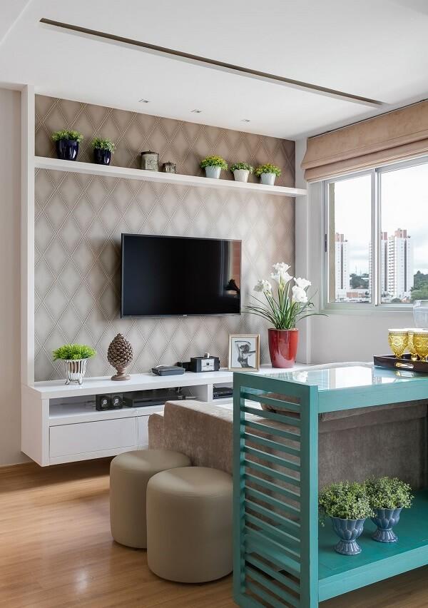 Sala de tv moderna decorada com papel de parede e aparador azul