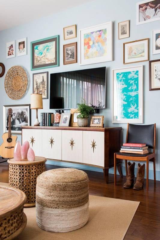 Sala moderna decorada com quadros e rack retro