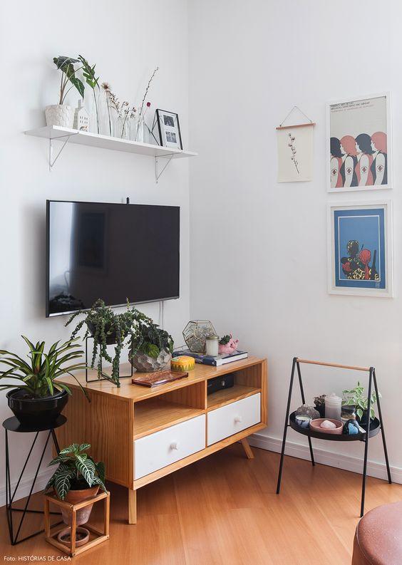 Sala pequena com rack retro de madeira