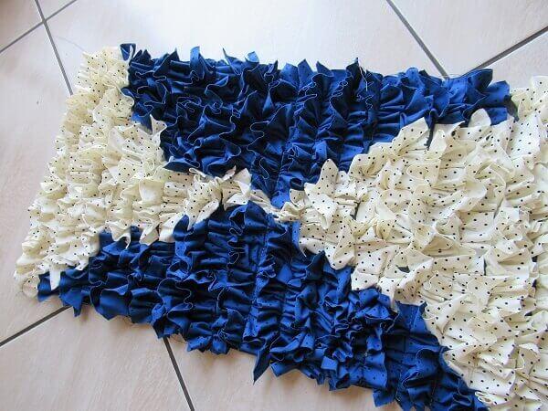 Tapete de retalho em tom azul e branco
