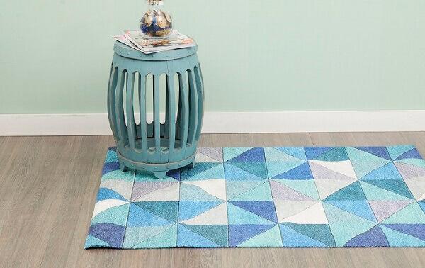 Tapete de retalhos em tons de azul, branco e cinza