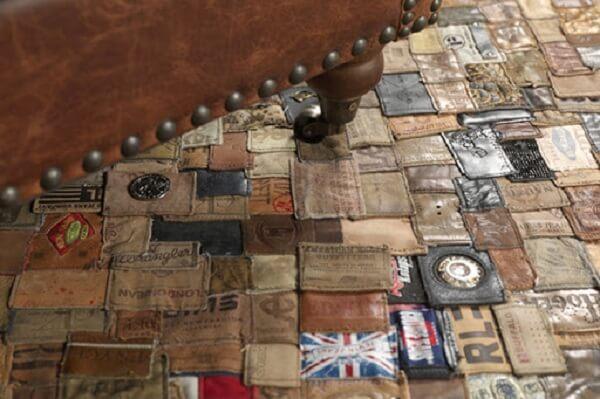 Tapete de retalhos feita com etiqueta de roupas