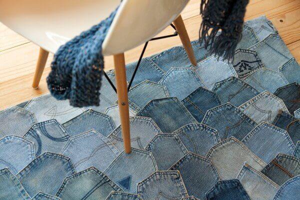 Tapete de retalhos feito com tecido jeans