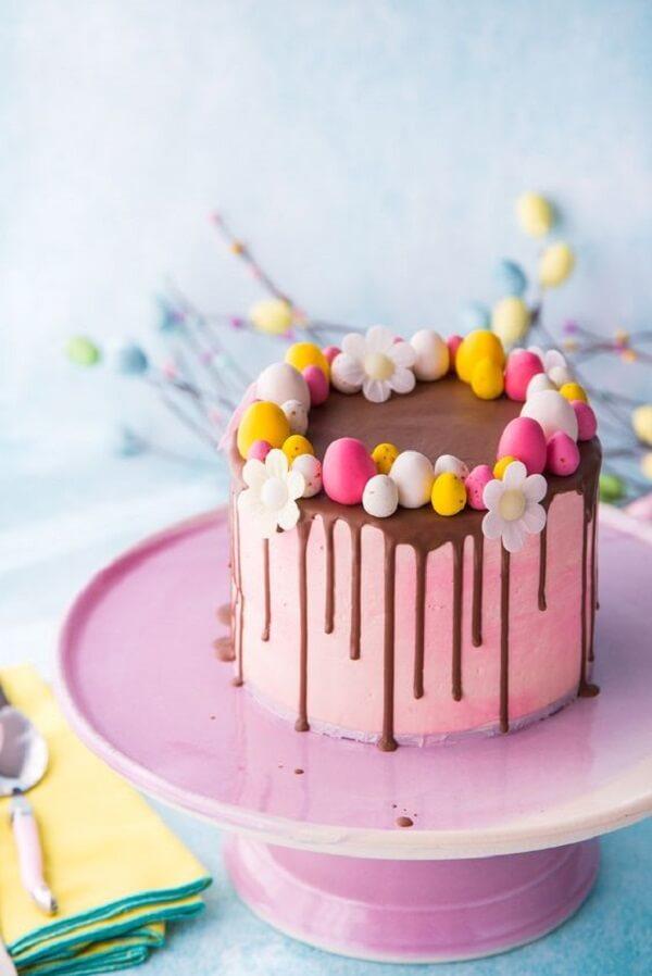 Tons de rosa e amarelo invadem a decoração desse bolo de páscoa