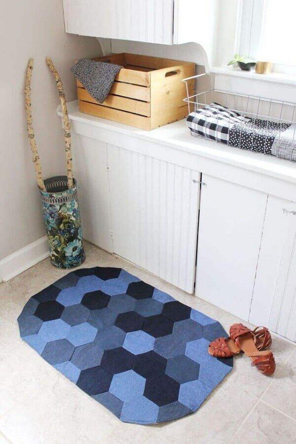 Traga cor para o seu banheiro com o tapete de retalho azul