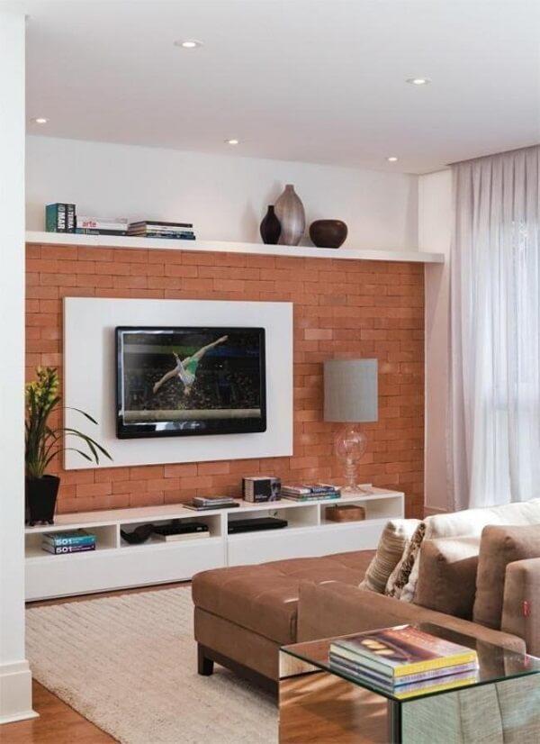 Utilize tijolinhos aparentes em um das paredes da sua sala de tv moderna