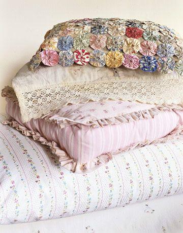 Almofada de fuxico para decoração de casa