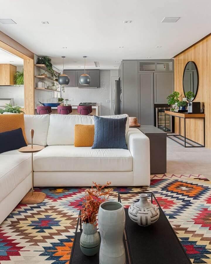 almofadas na cor mostarda para decoração de sala com sofá branco e tapete colorido Foto Duda Senna
