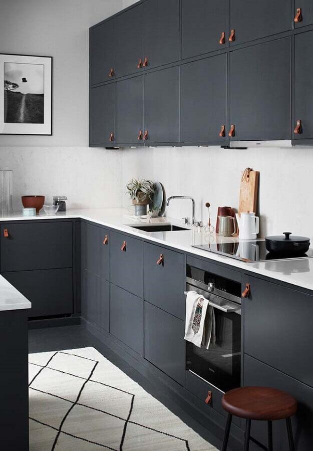 armário de cozinha preto com puxadores de couro Foto The Home Studio