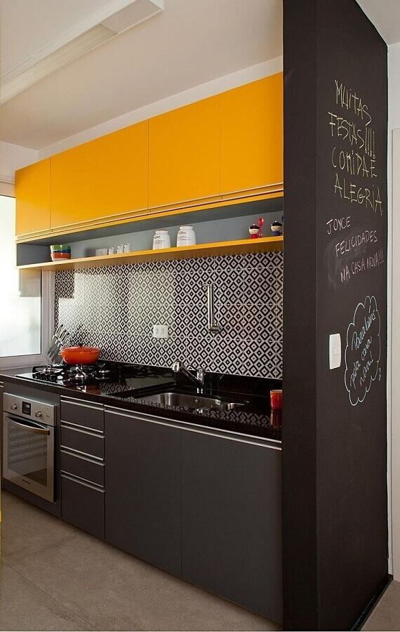 armário planejados para cozinha pequena preta e amarela Foto Casa Decorada