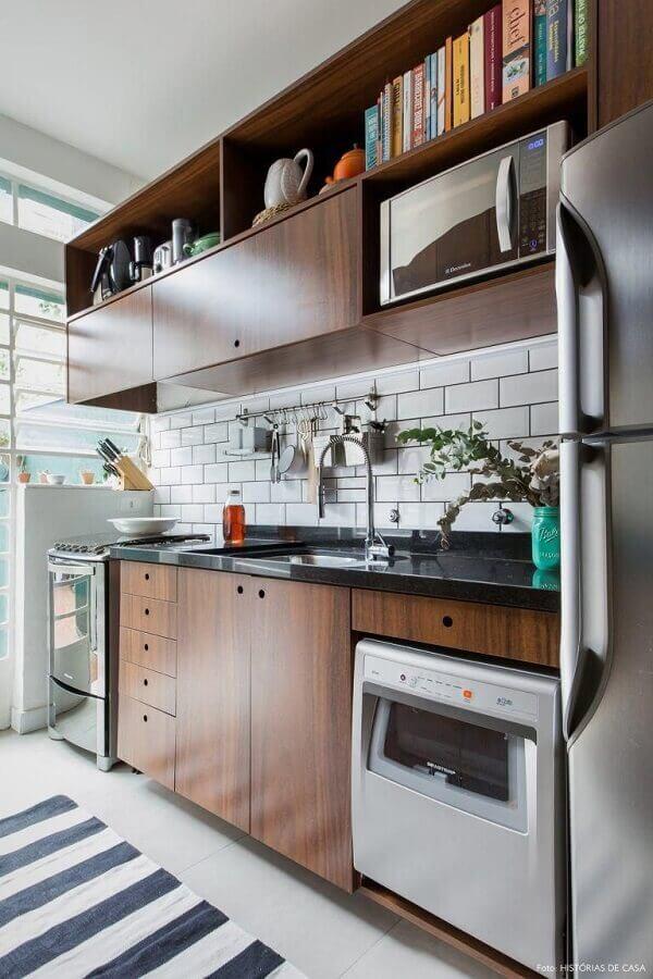armários de madeira para decoração de cozinha pequena com tapete listrado Foto Histórias de Casa