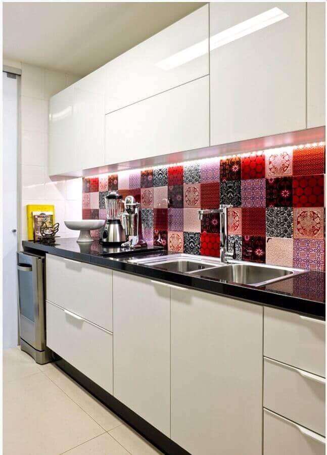 armários para cozinha simples decorada com revestimento colorido Foto Comprando meu Apê