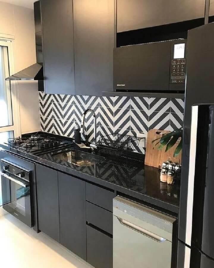 armários planejados para decoração de cozinha pequena preta e branca Foto Revista VD