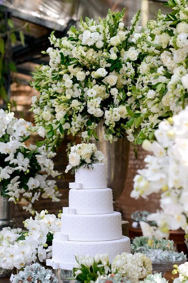 arrangement with white roses for wedding decoration Foto Pinterest