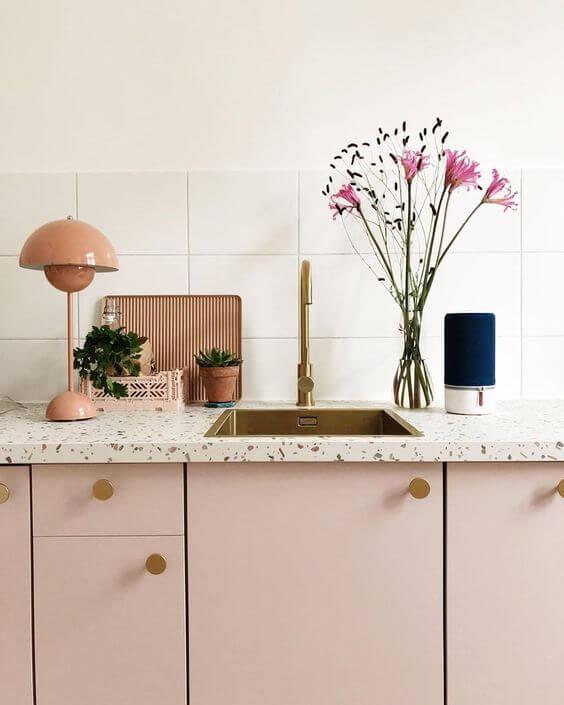 Bancada com cozinha granilite rosa